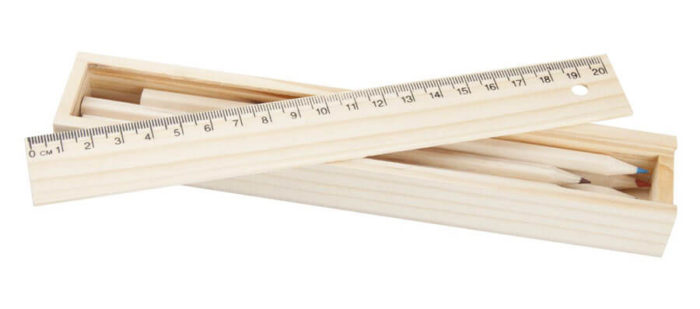 drewniane pudełko piórnik z kredkami i linijka