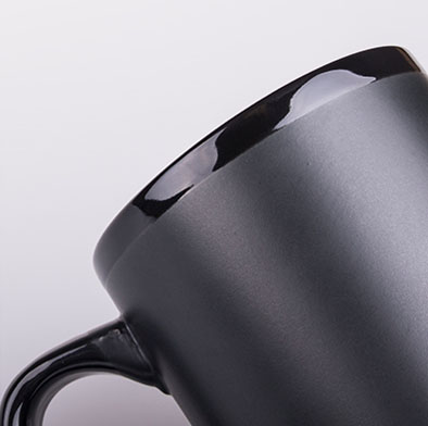 kubek ceramika matowa z blyszczacym rantem czarny